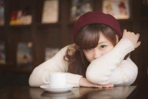 カフェで見つめてくる女性の写真