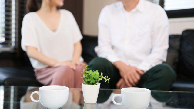 カフェで楽しそうに会話をしている人の写真