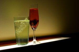 お酒のグラスが並んでいる写真