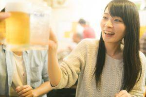 ビールで乾杯する女性の写真