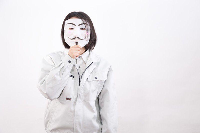 仮面で表情がわからない人の写真