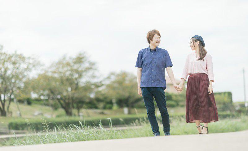 デートをしているカップルの画像