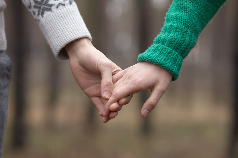 手を接触させている男女の画像