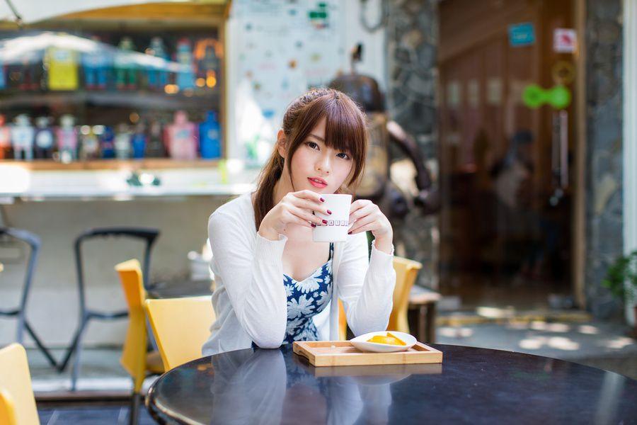 カフェでくつろいでいる女性の写真
